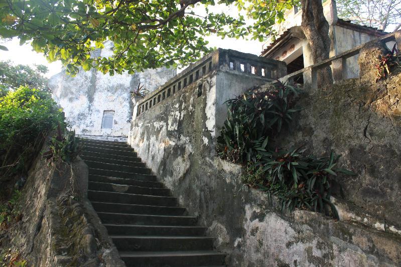 Bậc thang bước lên đền Cô Tiên