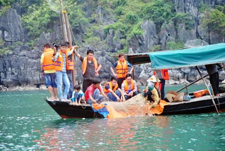 Trải nghiệm làm ngư dân làng chài ở Hạ Long