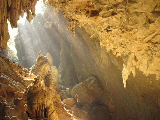 Lộng lẫy và huyền ảo hang Chiều ở Mai Châu