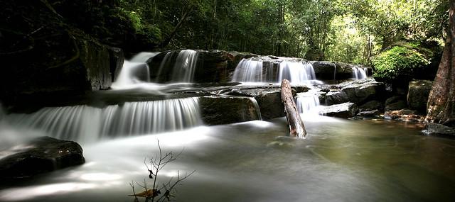 Nước chảy qua các ghềnh đá ở suối Tranh
