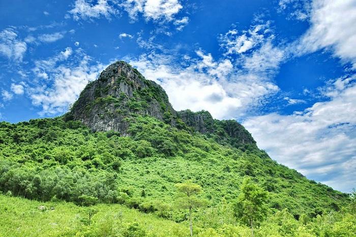 Hình ảnh đẹp của Núi Thần ĐInh giữa nền trời xanh