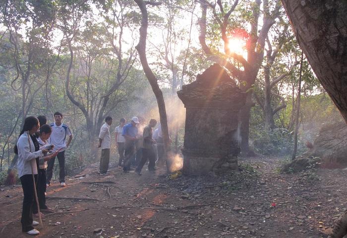 Những ngôi mộ cổ linh thiêng trên đỉnh núi Thần Đinh